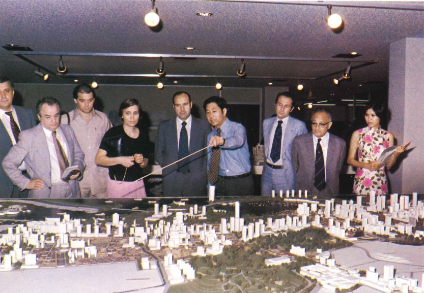 Alan Choe (in the middle with the pointer stick) hosting foreign guests in 1978